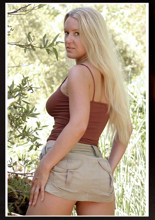У девушки поднялась юбка от ветра и ее трахнули 27 фотография