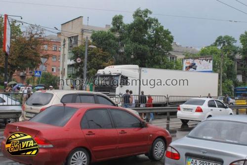 Киев, чуть не упал в провал проезжей части грузовик из-за дождей (18 фото)