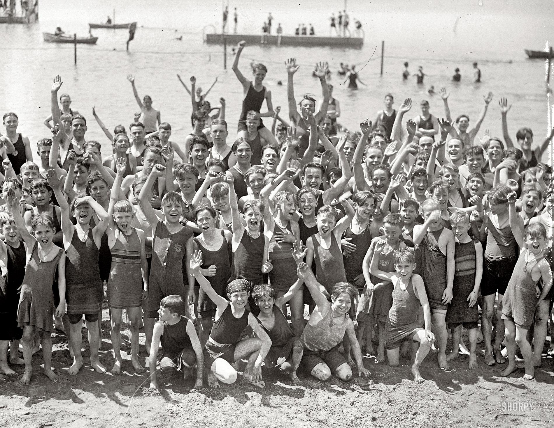 Смотреть семейный нудизм ретро фото, Нудисткий пляж ретро » Эротика фото и голых девушек 7 фотография