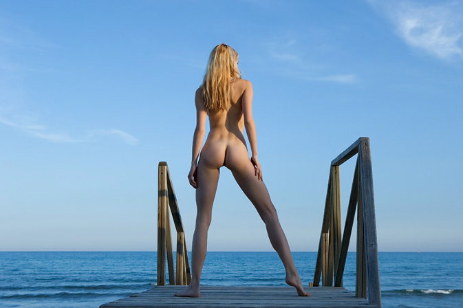 Фото голая женщина на острове