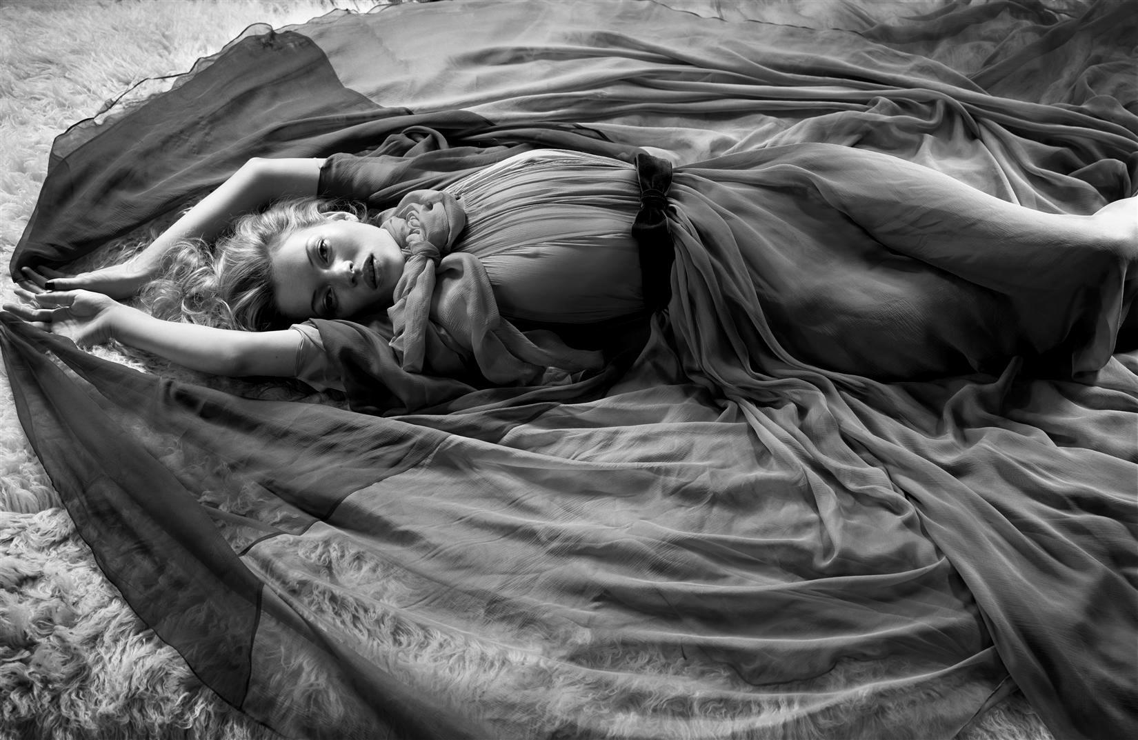 Черно белые фото девушек в постели 19 фотография
