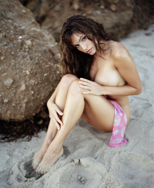 Kelly Brook - Naked and Topless on the Beach (8 фото) (эротика)