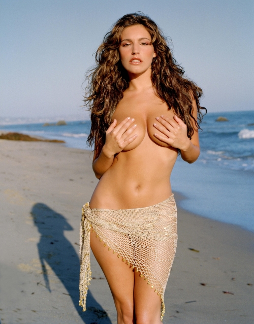 Kelly Brook - Naked and Topless on the Beach (8 фото)