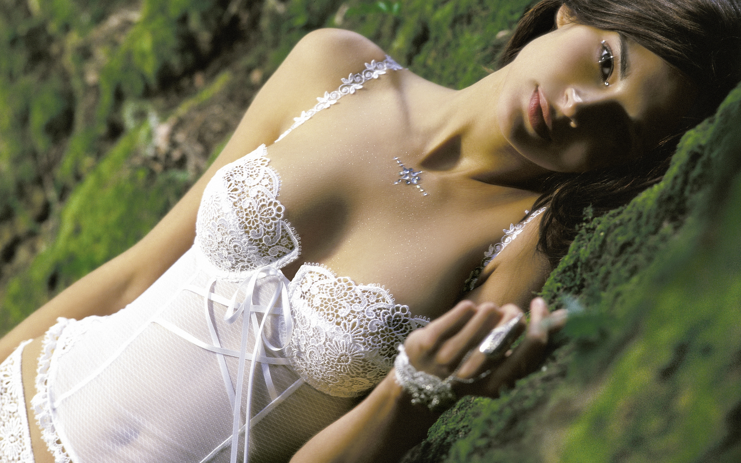 1345741672-4466812-girls-and-lingerie-32